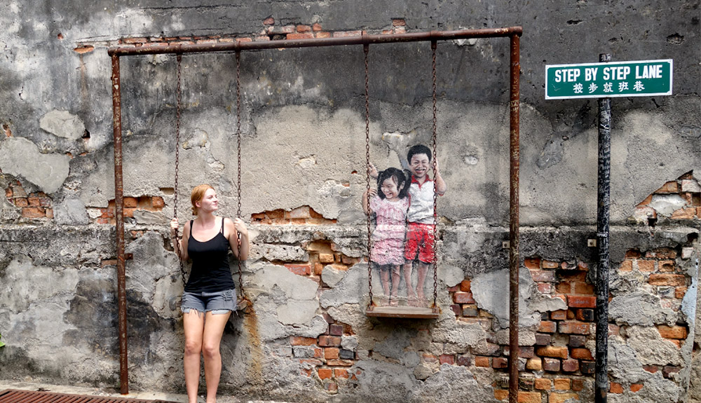 du thuyen 5 sao bien khach chup hinh tai Street Art Penang