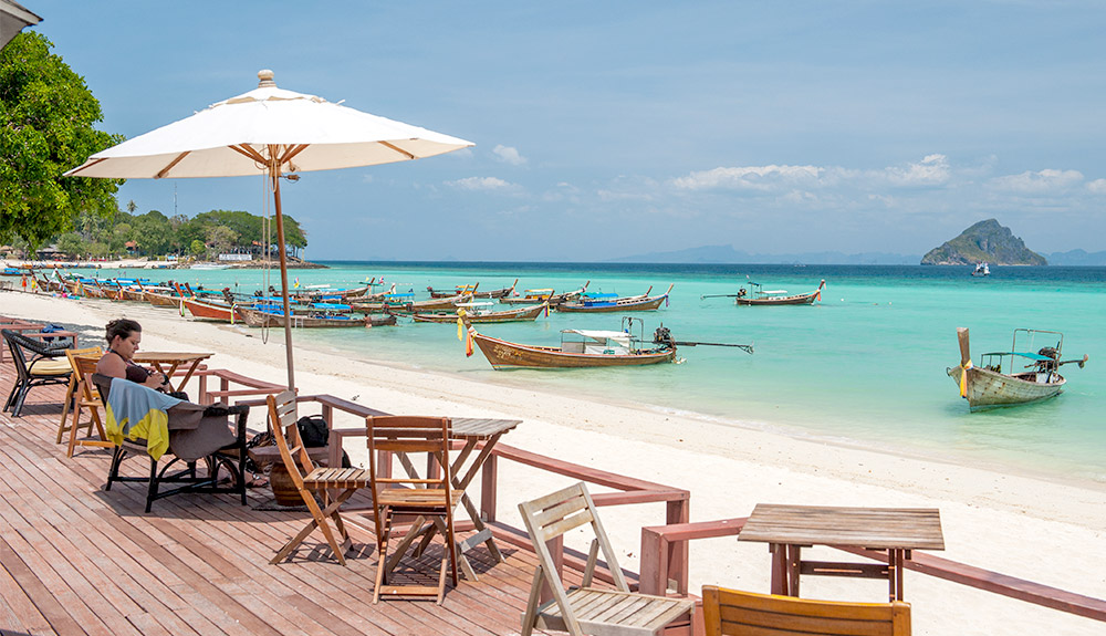 du thuyền biển khách tắm biển Phuket